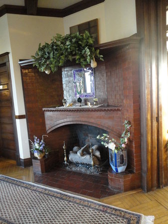 Stonewall Jackson Inn: Entry fireplace