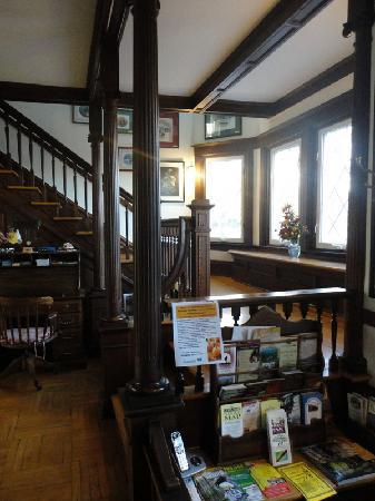 Stonewall Jackson Inn: stairway