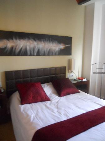 Palou Suites Ramblas: la chambre avec un lit double
