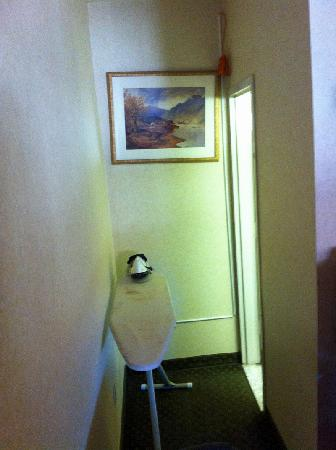 Rodeway Inn: Ironing board / loose cable