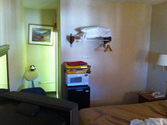 Rodeway Inn: Fridge / Microwave