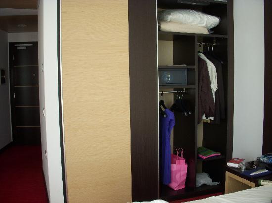 Best Western Premier Hotel Galileo Padova : Wardrobe