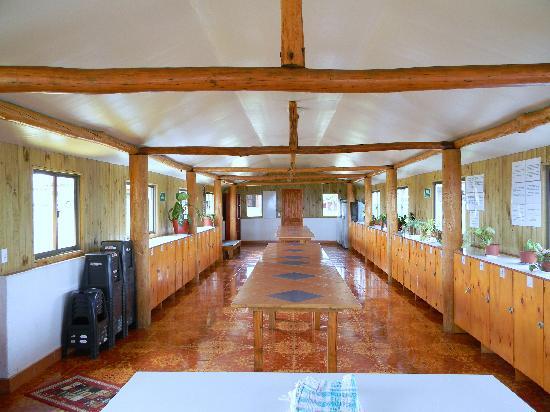 Camping Mihinoa: Instalaciones de comedor,cocina y lockers del camping