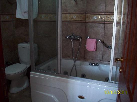 Hotel Agan: enclosed shower with bath and 9 pulsating jets