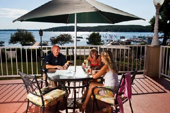 Bella Vista Suites : Lounge features seasonal Veranda seating