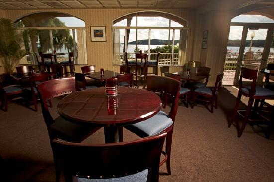 Bella Vista Suites : Lounge features expansive lakeviews