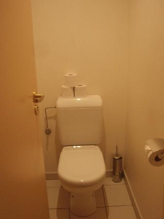 Citadines Toison d'Or Hotel: WC