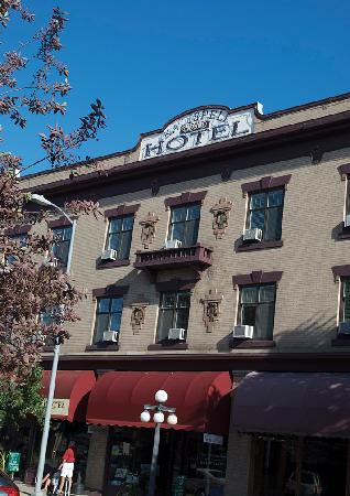 The Kalispell Grand Hotel: Kalispell Grand exterior in July