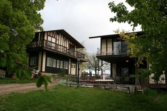 Cedar Crest Inn: Two main buildings