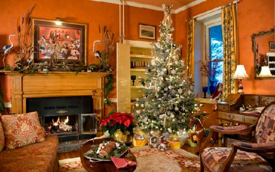 L'Auberge Provencale Bed and Breakfast: Happy Holidays in the sitting room