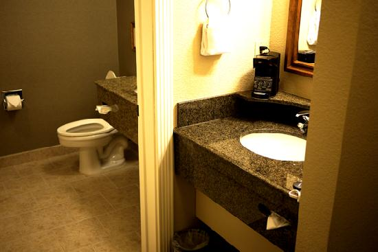 Hampton Inn Ukiah: Dressing room in the foreground, bathroom to the rear.