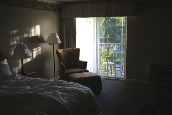 Hampton Inn Ukiah: Morning view of bedroom, showing balcony.