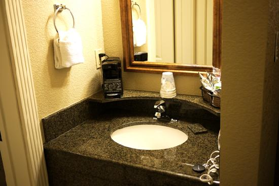 Hampton Inn Ukiah : Dressing area with sink.