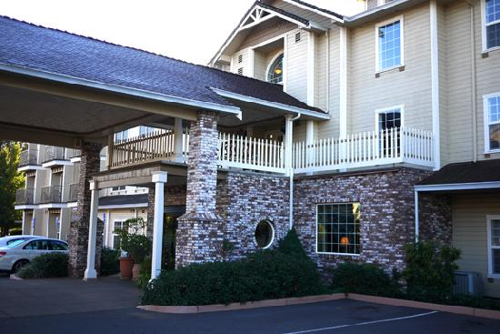 Hampton Inn Ukiah: Exterior of hotel.