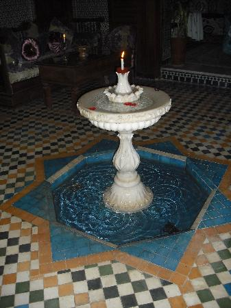 Riad Dar Guennoun: Courtyard fountain