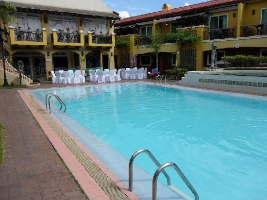Crown Regency Residences Davao: Pool area