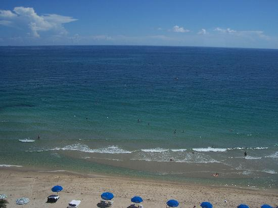 Ocean Manor Beach Resort Hotel : View of the ocean and beach from the master bedroom window.