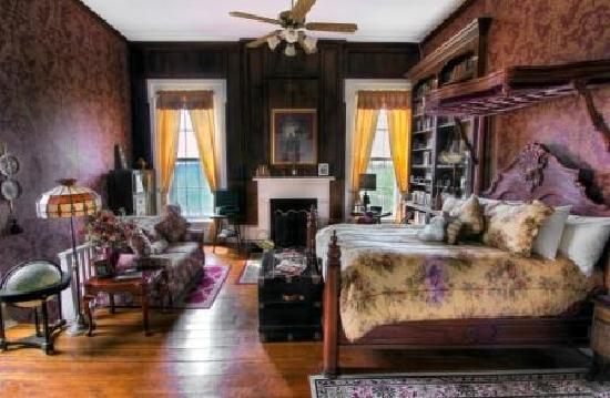 1851 Historic Maple Hill Manor Bed & Breakfast: Abraham Lincoln Library Guest Room