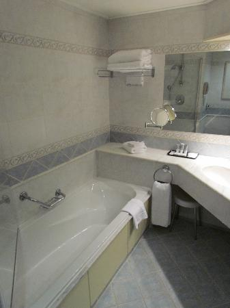 Marina Hotel Corinthia Beach Resort : Bathroom
