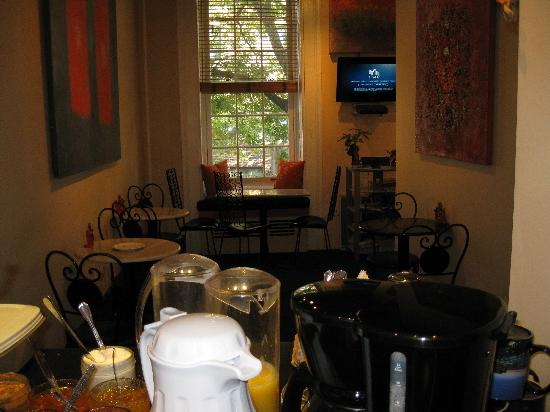 Colonial House Inn: Lobby sitting room where free breakfast is served 7-10AM