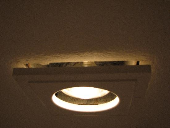 Ramada Anaheim South: bathroom light fixture