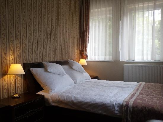 Hotel Logos: Bedroom in apartment