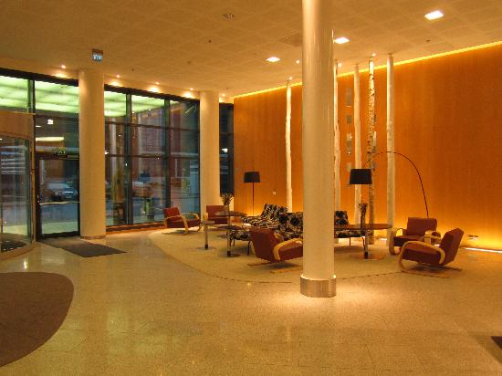 Hilton Helsinki Airport: reception hall