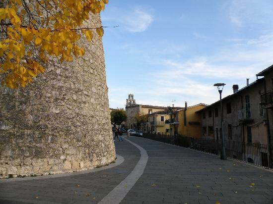 Celano, Italia: la strada del castello