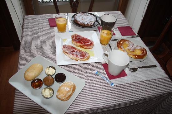 Cafe de sabado calentito que viene frio por estos lares-http://media-cdn.tripadvisor.com/media/photo-s/02/2e/02/6a/disfrute-nuestros-desayunos.jpg