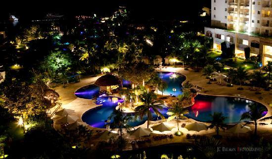 JPark Island Resort & Waterpark, Cebu: The pool at night