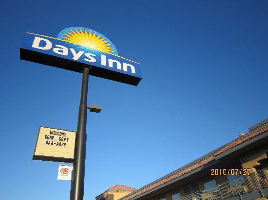 Days Inn Yuma: モーテルサインとユマの空