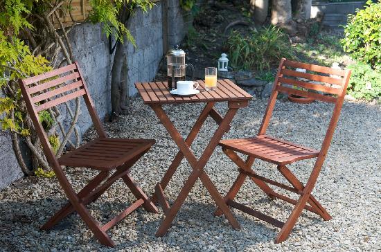 The Greenhouse Bed & Breakfast: Breakfast in the garden
