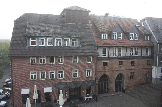 Hotel Die Sonne Frankenberg: Haupthaus im Morgennebel