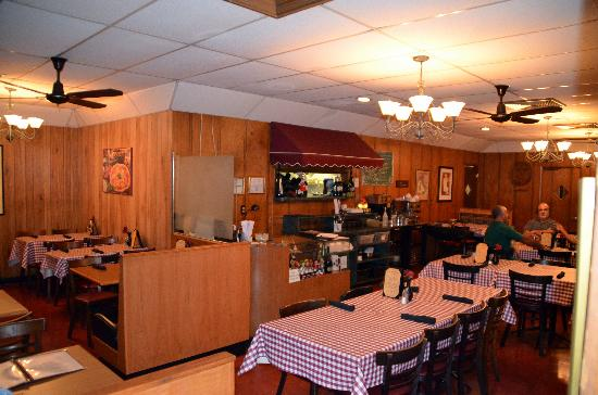 Frank's Restaurant & Pizzeria: Inside this nice little place!