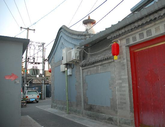 Templeside Deluxe Hutong House Hotel: hotel from the side