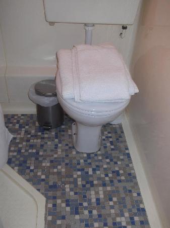 Jenkins Hotel: bathroom