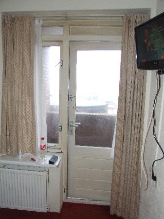 Noordzee Hotel: To the huge balcony