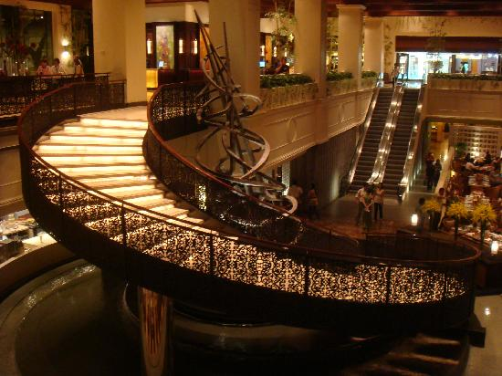 Sofitel Philippine Plaza Manila: Wonderful staircase
