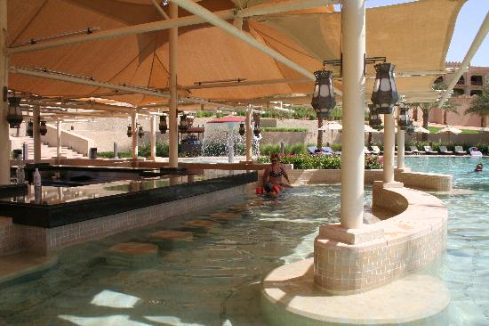 Qasr Al Sarab Desert Resort by Anantara : pool bar