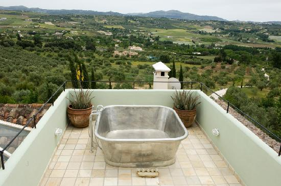 Hotel La Fuente De La Higuera: the beautiful tub with view