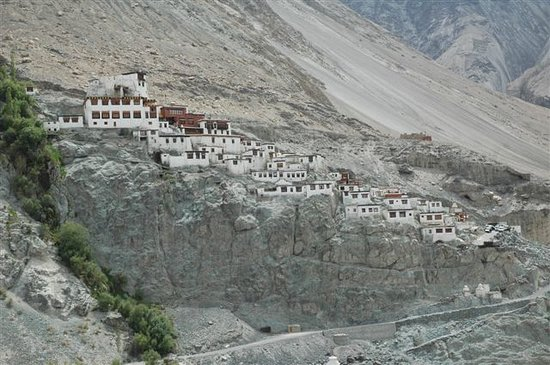 "Diskit Gompa (Diskit Monastery): ...DISKIT ""thront"" am Felsen....."