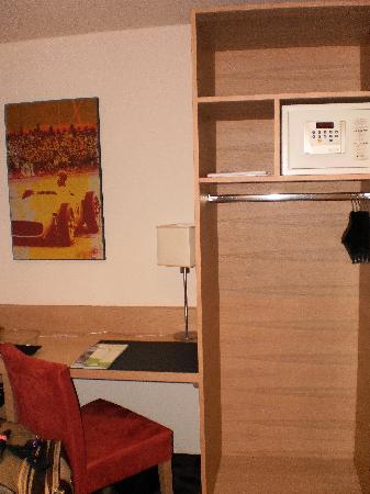 Lindner Hotel Eifeldorf Gruene Hoelle Nuerburgring : Safe/Closet