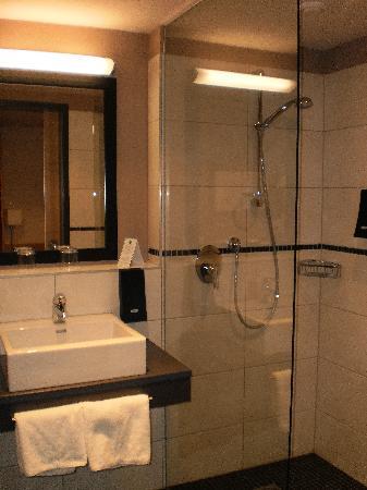 Lindner Hotel Eifeldorf Gruene Hoelle Nuerburgring : Bathroom