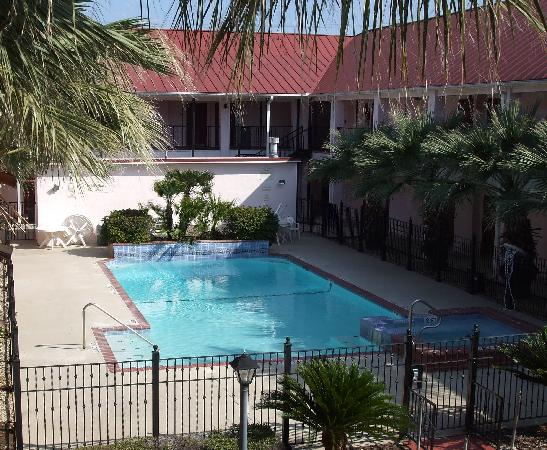 Howard Johnson Inn and Suites Central San Antonio: Pool Area