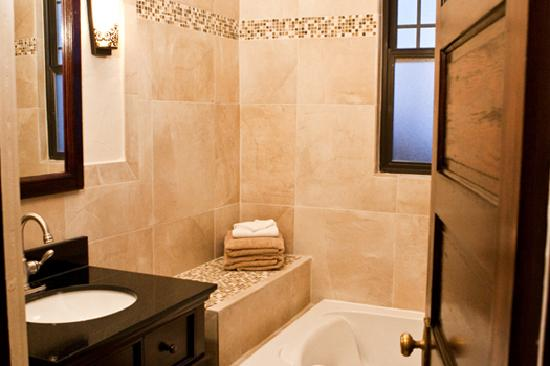 Aspenwood Manor: Tuscan's Bathroom