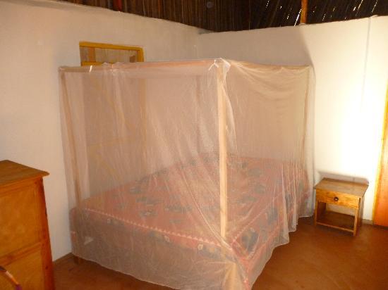 Ambatoloaka, Madagascar: letto con zanzariera