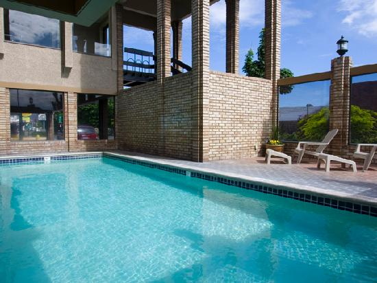 The Dalles Inn: Outdoor Pool (open seasonally)