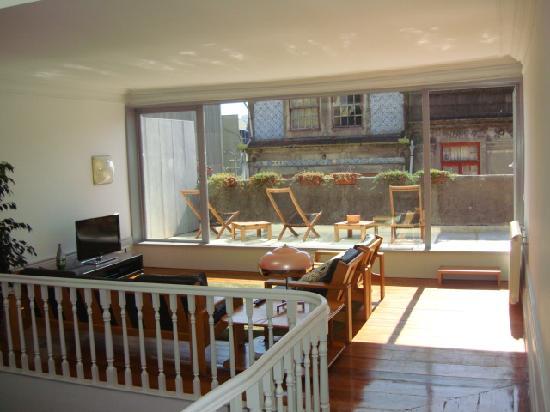 Almada Guesthouse: Sala y terraza