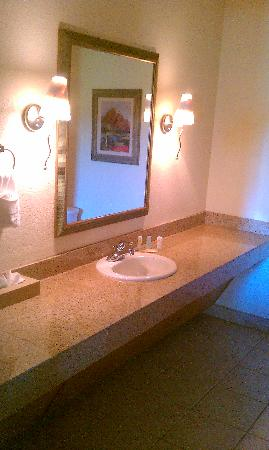 Comfort Inn & Suites At Talavi: 2nd Bathroom