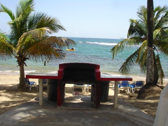 Caribe Playa Beach Hotel : BBQ's by the beach